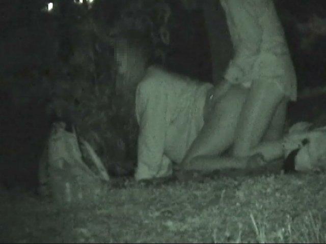 【夜の公園エロ画像】青姦スポットと呼ばれる公園を赤外線で覗いた結果ww 20