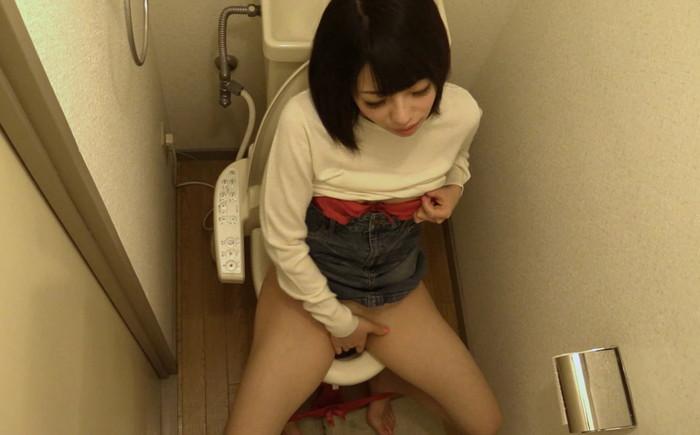 【トイレオナニーエロ画像】トイレで快楽のみを求めて自慰行為に浸るエッチな女の子! 12