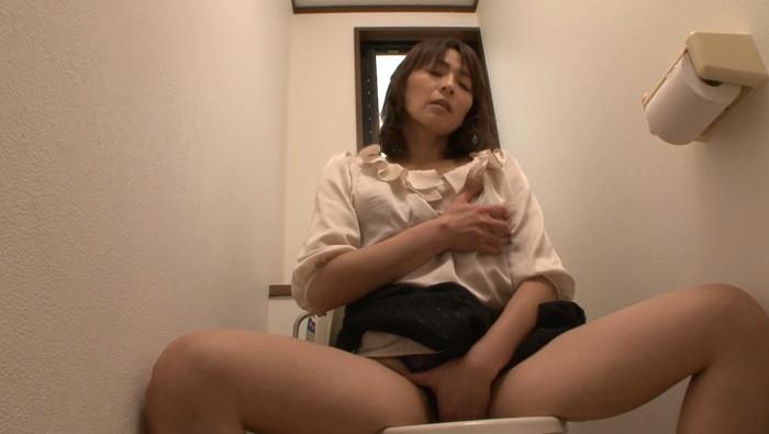 【トイレオナニーエロ画像】トイレで快楽のみを求めて自慰行為に浸るエッチな女の子! 14