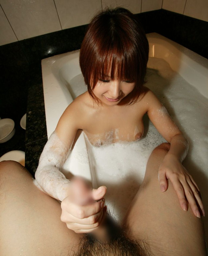【手コキエロ画像】オナニーと違うのは自分の手ではなく女性の手によるという事!w 23