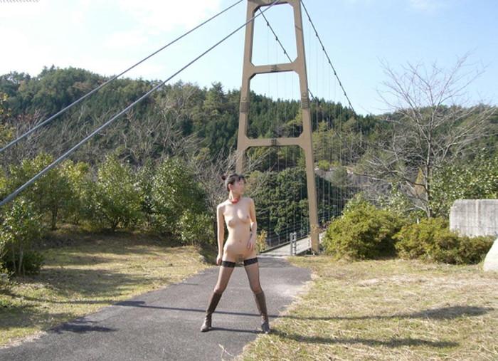 【野外露出エロ画像】日に日に過激さを増す素人娘たちの野外露出プレイってヤツww 15