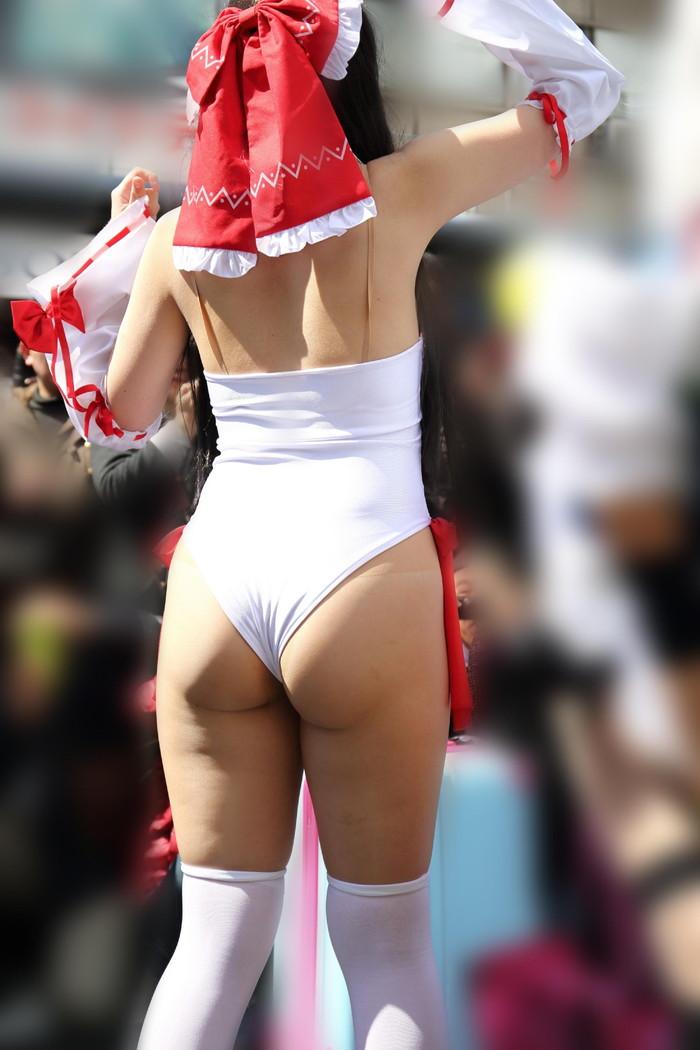 【コスプレエロ画像】なんだこれ!?大衆の面前でこんな破廉恥な衣装! 05