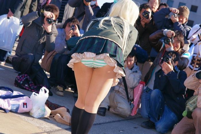 【コスプレエロ画像】なんだこれ!?大衆の面前でこんな破廉恥な衣装! 09