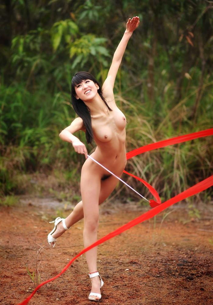 【全裸スポーツエロ画像】女の子が全裸でスポーツしたらやっぱりエロかった!w 12