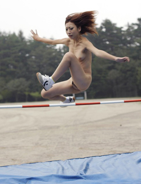【全裸スポーツエロ画像】女の子が全裸でスポーツしたらやっぱりエロかった!w 23
