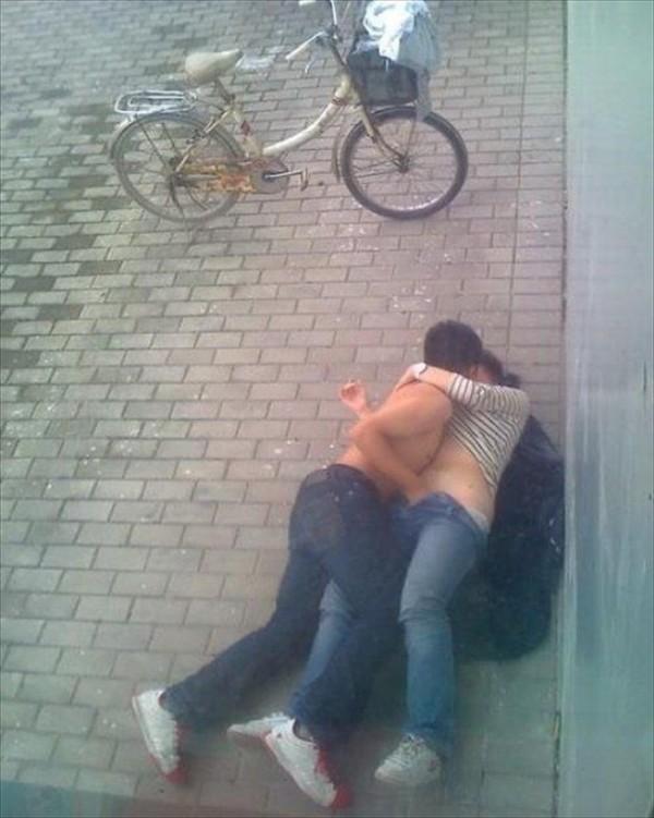【海外野外セックスエロ画像】海外のカップルもやっぱり野外セックスはするんだなw 25