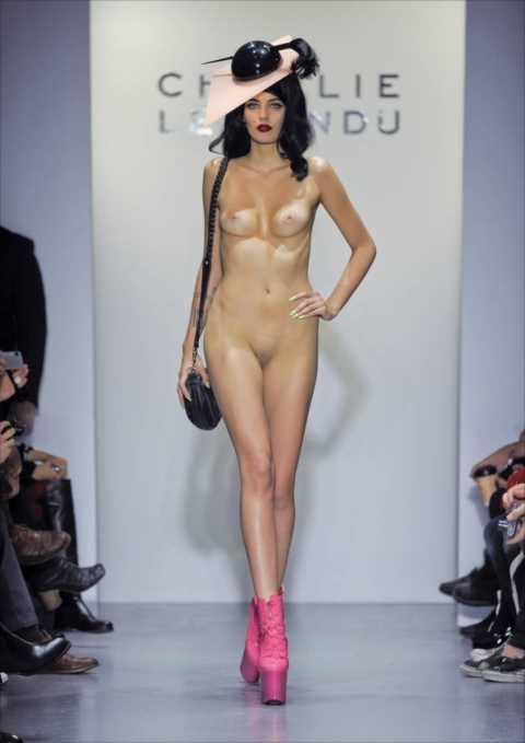 【ファッションショーエロ画像】まるでストリップ!おっぱい丸見えファッションショーw 10