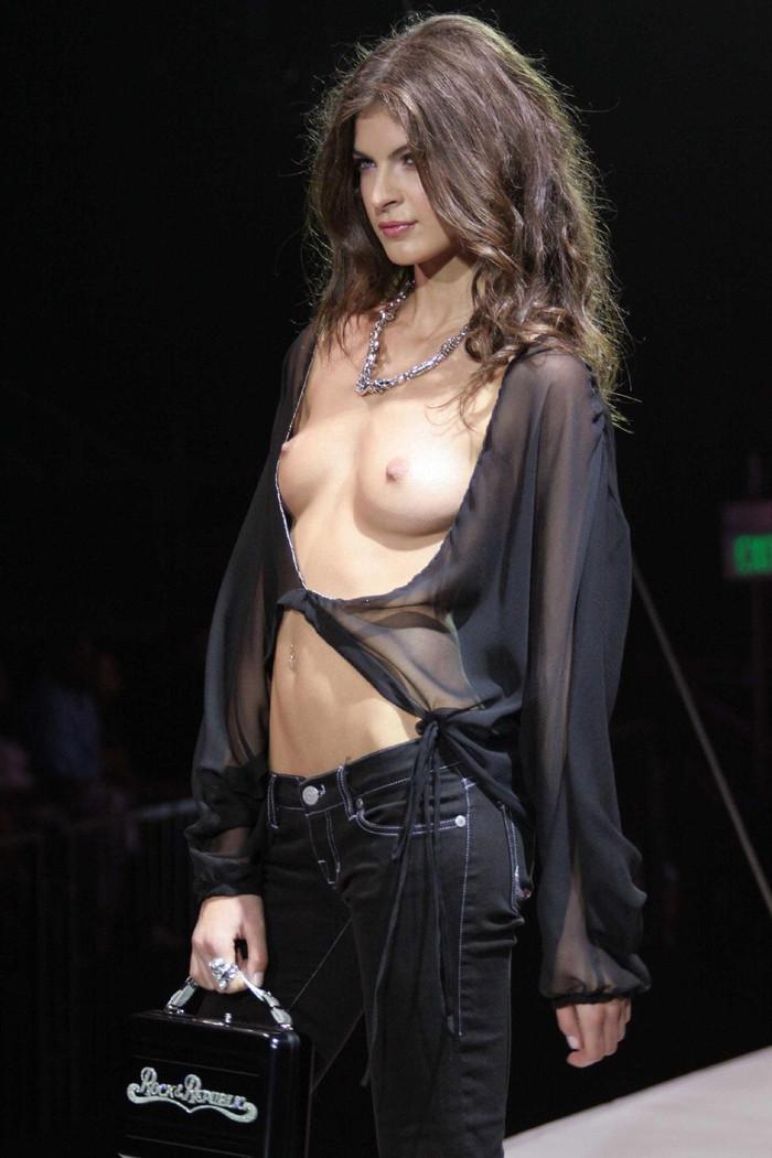 【ファッションショーエロ画像】まるでストリップ!おっぱい丸見えファッションショーw 19