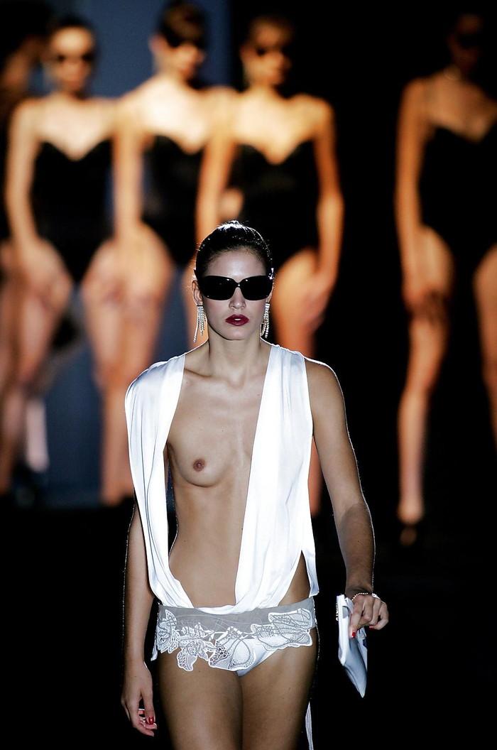 【ファッションショーエロ画像】まるでストリップ!おっぱい丸見えファッションショーw 22