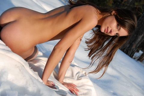 【雪山露出エロ画像】これは寒いだろ!雪の中で裸になる露出狂女たち!w 03