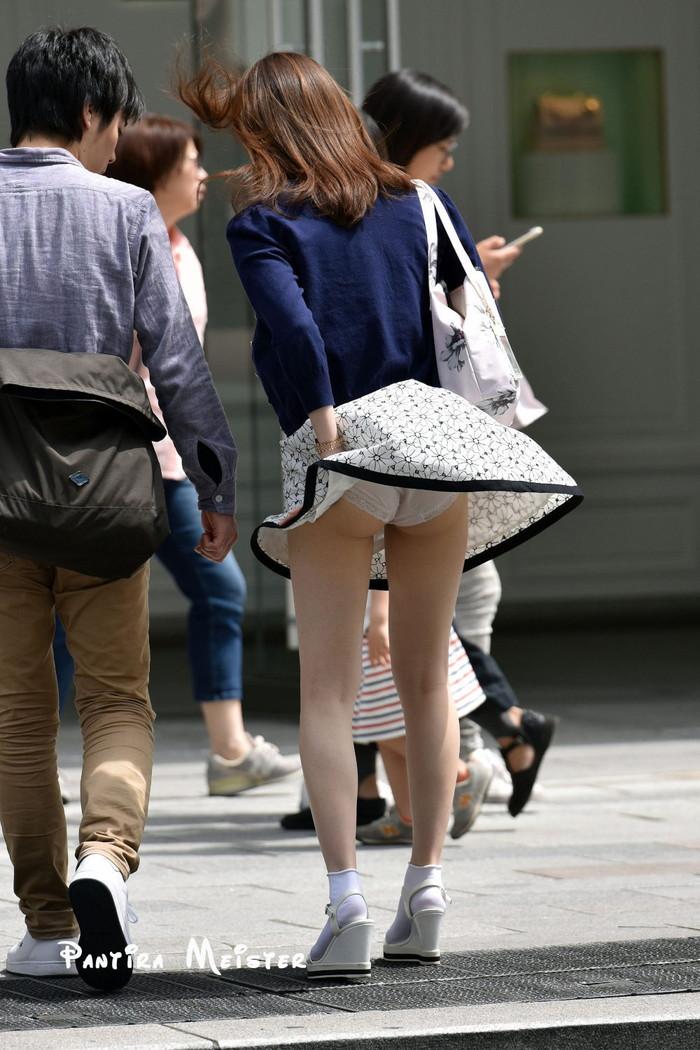 【パンチラエロ画像】風に舞い上がったスカートの中身!撮ったどぉ!w 01