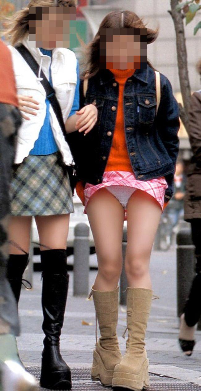 【パンチラエロ画像】風に舞い上がったスカートの中身!撮ったどぉ!w 16