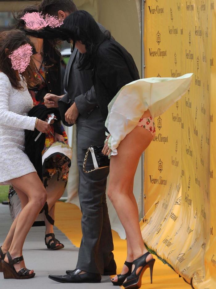 【パンチラエロ画像】風に舞い上がったスカートの中身!撮ったどぉ!w 18