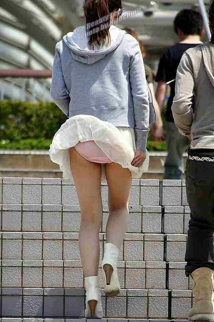 【パンチラエロ画像】風に舞い上がったスカートの中身!撮ったどぉ!w 19