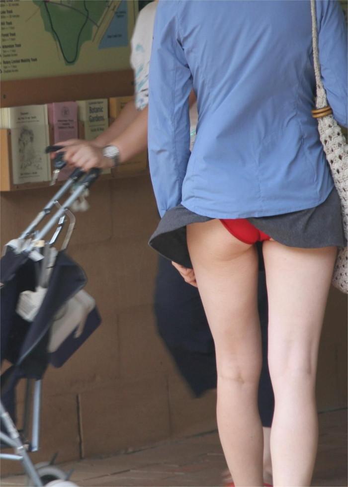 【パンチラエロ画像】風に舞い上がったスカートの中身!撮ったどぉ!w 21