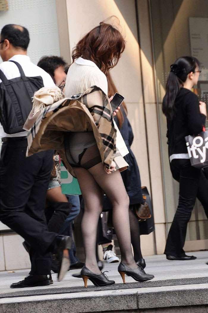 【パンチラエロ画像】風に舞い上がったスカートの中身!撮ったどぉ!w 27