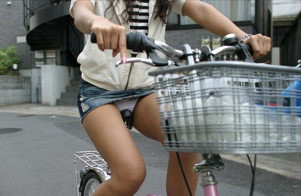 【自転車パンチラエロ画像】自転車で翻るスカート!よし!見えた!!っていうやつw