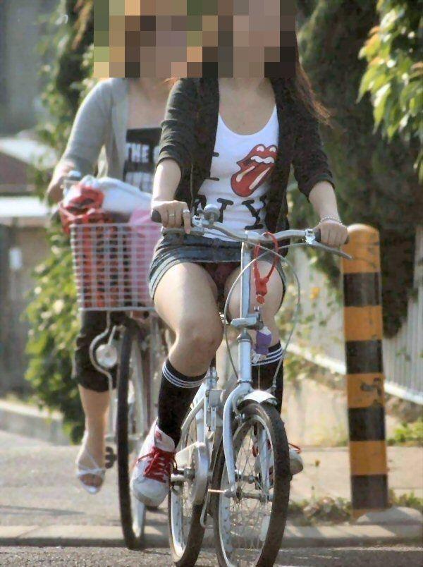 【自転車パンチラエロ画像】自転車で翻るスカート!よし!見えた!!っていうやつw 02