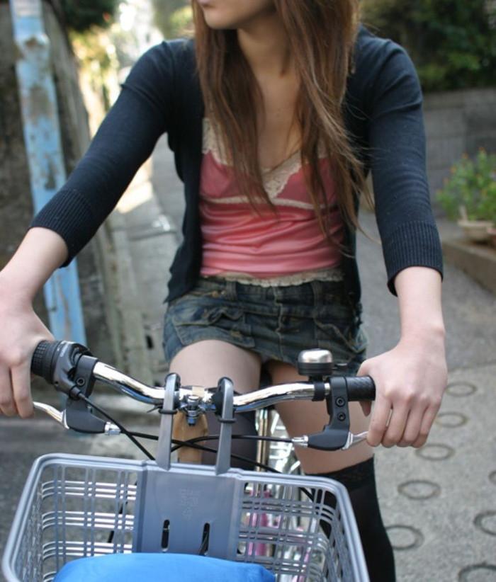 【自転車パンチラエロ画像】自転車で翻るスカート!よし!見えた!!っていうやつw 03