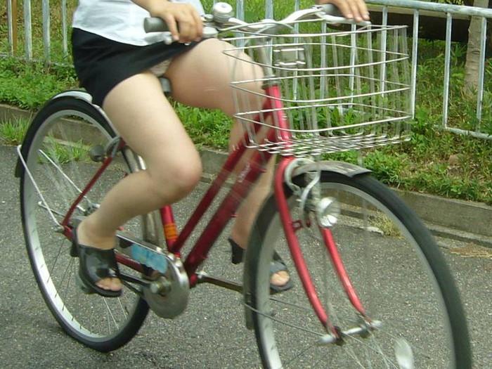 【自転車パンチラエロ画像】自転車で翻るスカート!よし!見えた!!っていうやつw 04