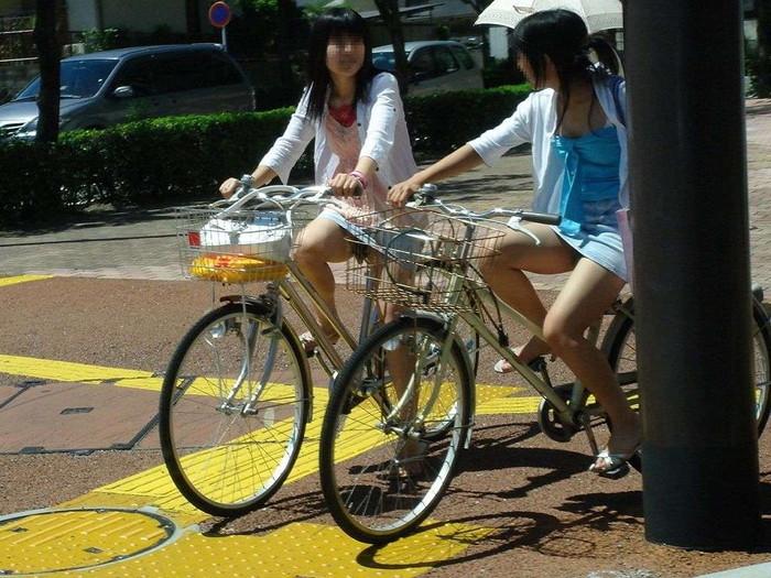 【自転車パンチラエロ画像】自転車で翻るスカート!よし!見えた!!っていうやつw 08