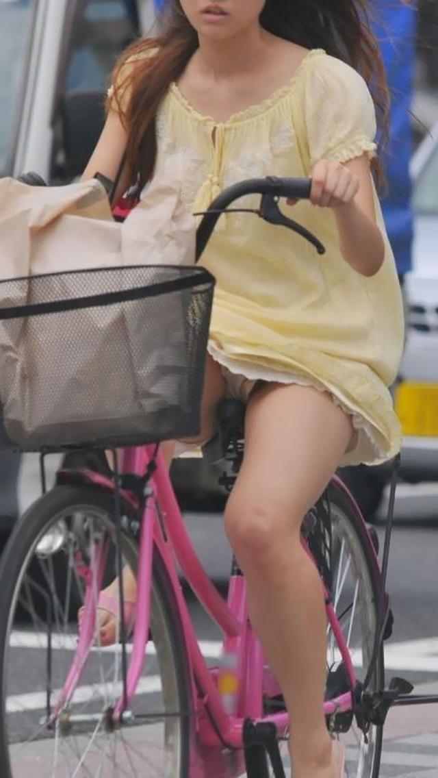 【自転車パンチラエロ画像】自転車で翻るスカート!よし!見えた!!っていうやつw 10