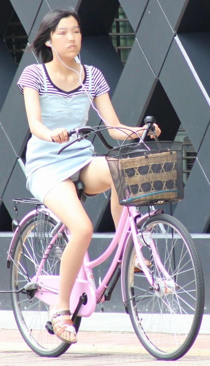 【自転車パンチラエロ画像】自転車で翻るスカート!よし!見えた!!っていうやつw 13