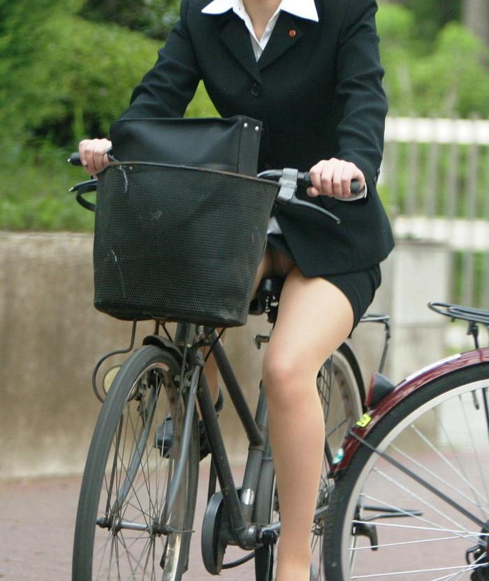 【自転車パンチラエロ画像】自転車で翻るスカート!よし!見えた!!っていうやつw 17