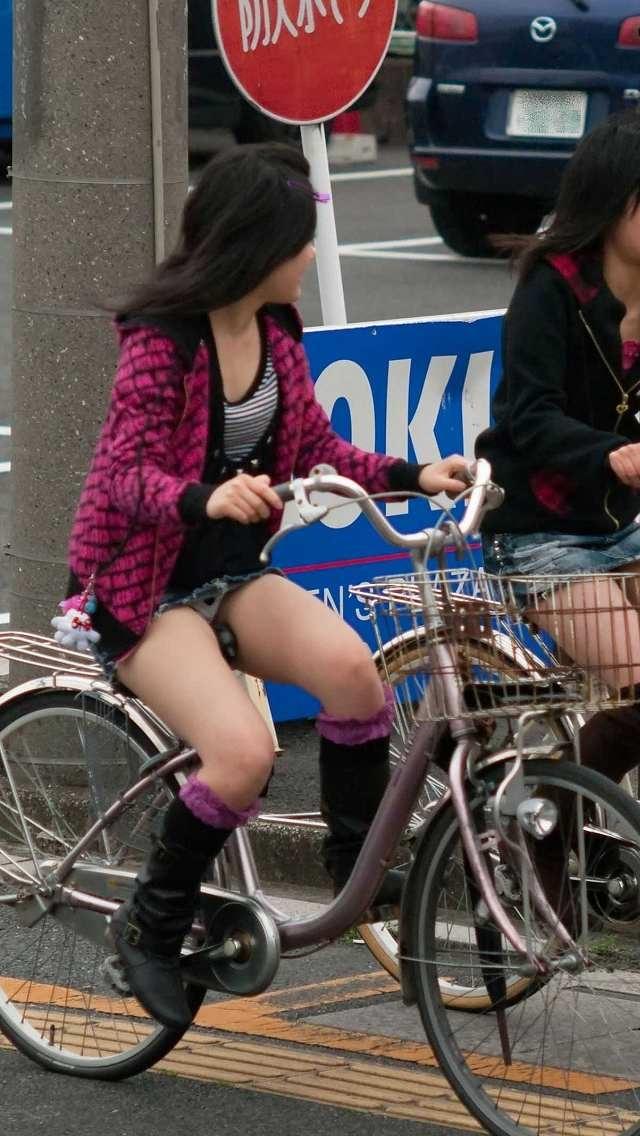 【自転車パンチラエロ画像】自転車で翻るスカート!よし!見えた!!っていうやつw 22