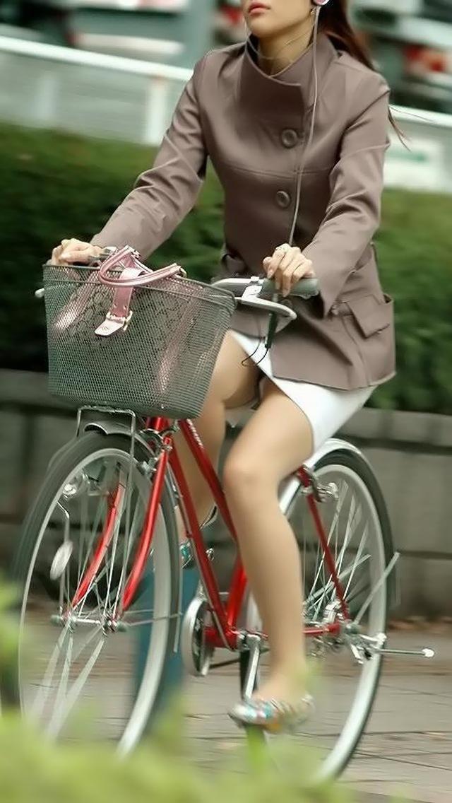 【自転車パンチラエロ画像】自転車で翻るスカート!よし!見えた!!っていうやつw 23