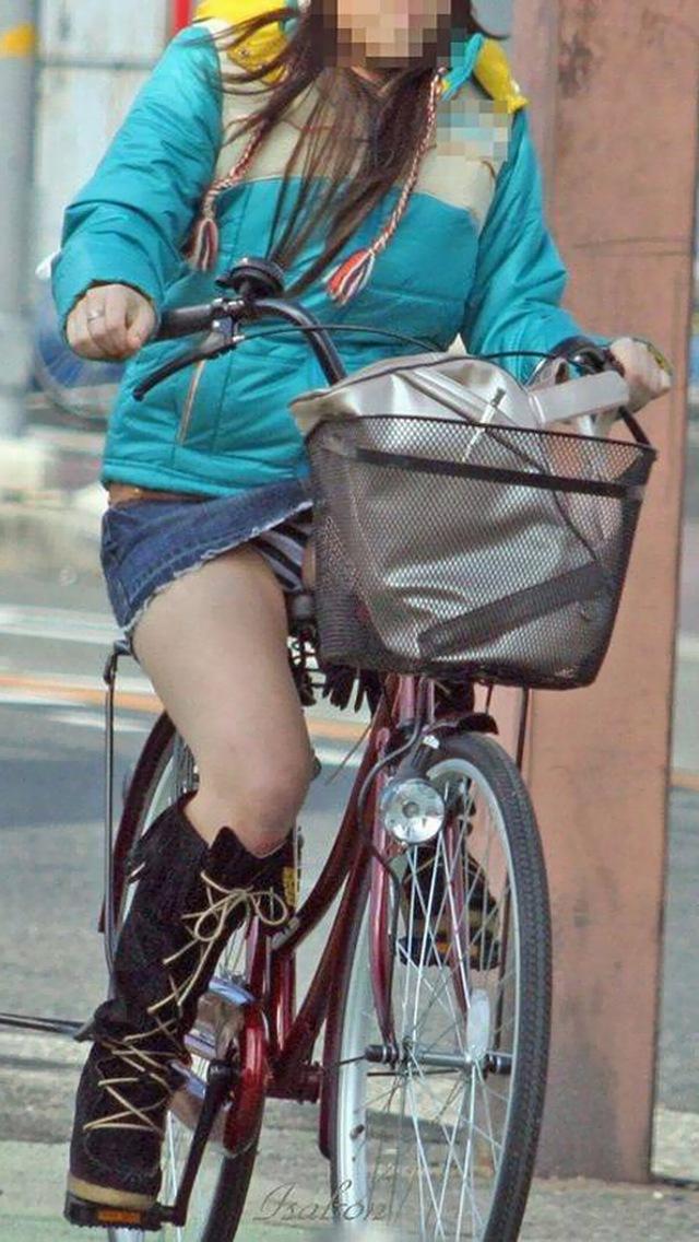 【自転車パンチラエロ画像】自転車で翻るスカート!よし!見えた!!っていうやつw 27