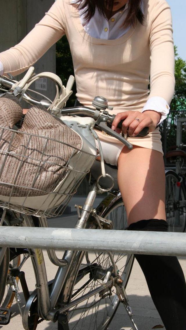 【自転車パンチラエロ画像】自転車で翻るスカート!よし!見えた!!っていうやつw 29