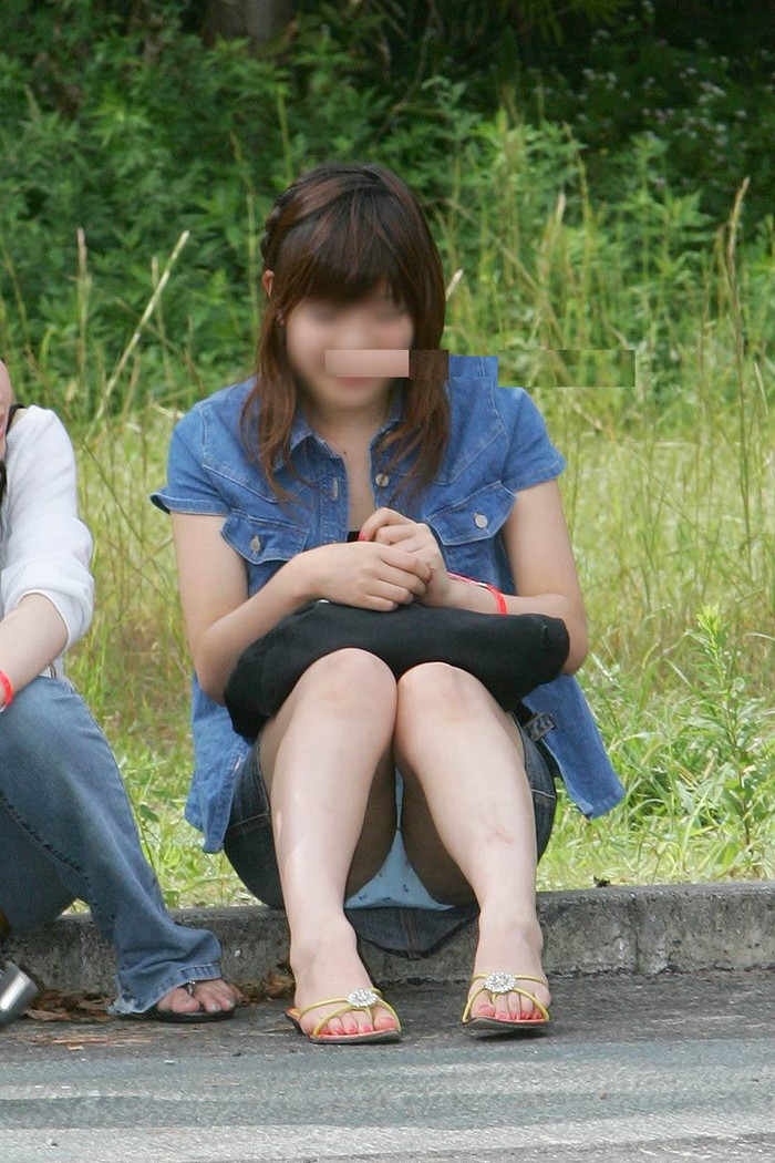 【素人パンチラエロ画像】油断大敵!油断したところをすかさず撮られた素人娘のパンチラ! 13