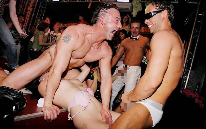 【海外クラブエロ画像】仰天!海外では若者が集まれば即セックスになってしまうのか!? 19
