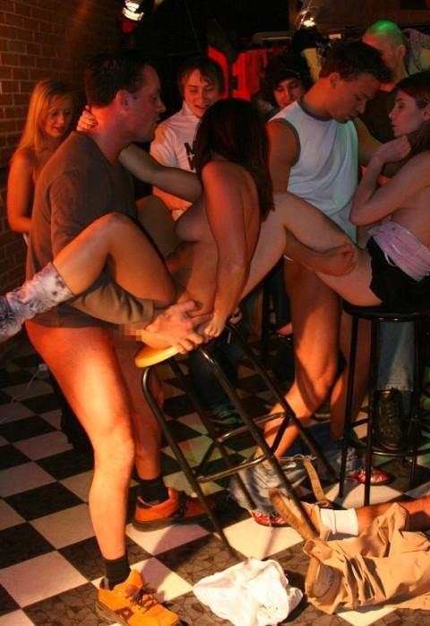 【海外クラブエロ画像】仰天!海外では若者が集まれば即セックスになってしまうのか!? 24