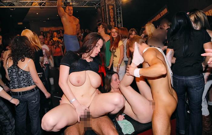 【海外クラブエロ画像】仰天!海外では若者が集まれば即セックスになってしまうのか!? 25