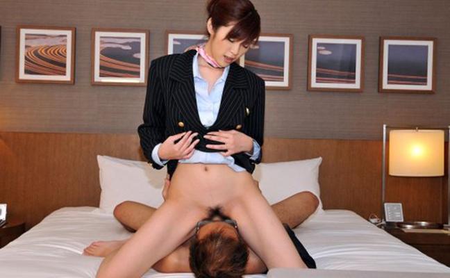 【顔面騎乗エロ画像】オマンコを男の顔に押し付けるような破廉恥プレイ!