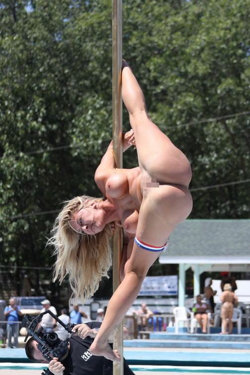 【ポールダンスエロ画像】ポールを使って女の子がセクシーダンス!目の前で大開脚だと…。 07