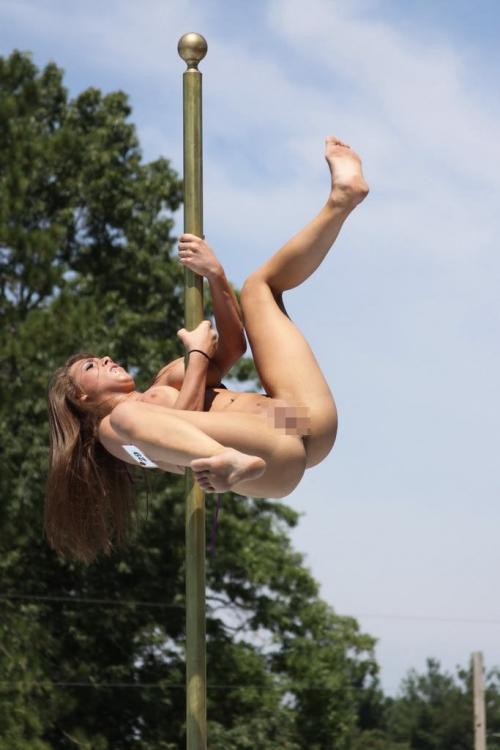 【ポールダンスエロ画像】ポールを使って女の子がセクシーダンス!目の前で大開脚だと…。 16