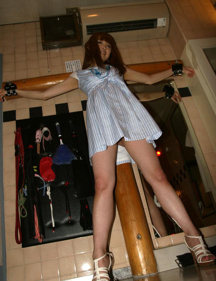 【拘束エロ画像】拘束されて自由を奪われた女に悪戯プレイ!とか最高だよな! 06