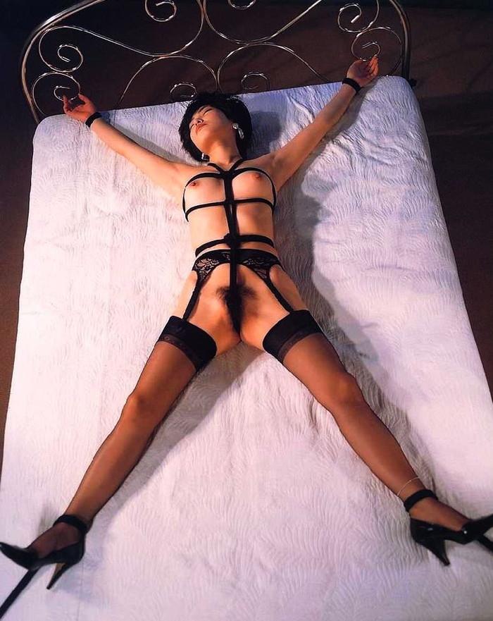 【拘束エロ画像】拘束されて自由を奪われた女に悪戯プレイ!とか最高だよな! 10