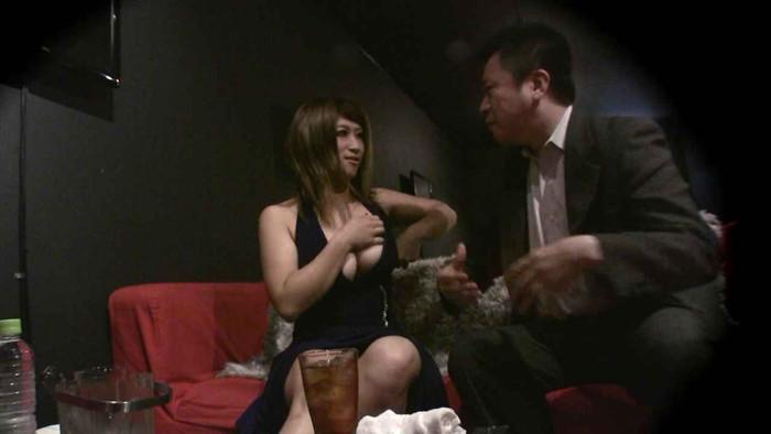 【おっぱいパブエロ画像】女の子とお酒を飲みながらおっぱい弄り放題の店だと!? 09