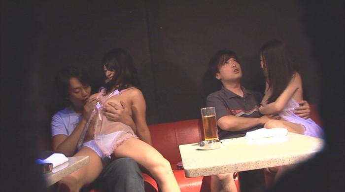 【おっぱいパブエロ画像】女の子とお酒を飲みながらおっぱい弄り放題の店だと!? 10
