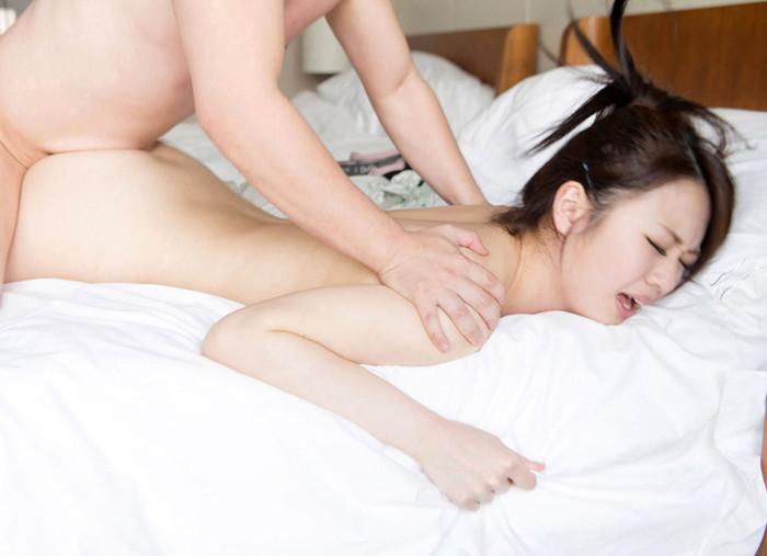 【寝バックエロ画像】まるで女を犯している様な体位、寝バックでハメ捲くり! 06