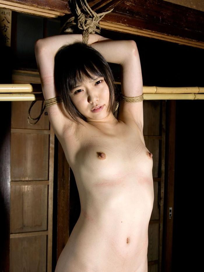 【拘束エロ画像】身動きの取れない半裸の女!これはチャンス!?w 04