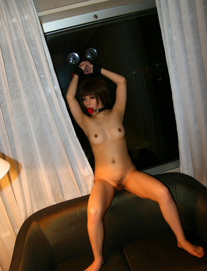 【拘束エロ画像】身動きの取れない半裸の女!これはチャンス!?w 06