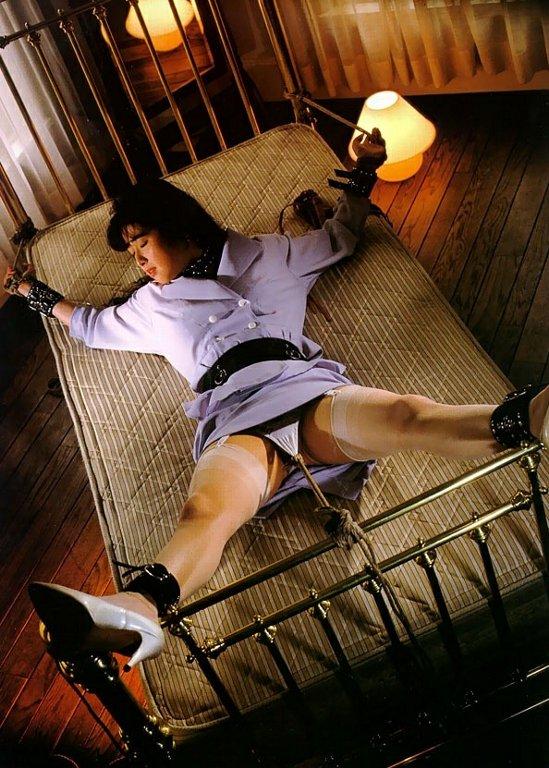 【拘束エロ画像】身動きの取れない半裸の女!これはチャンス!?w 12