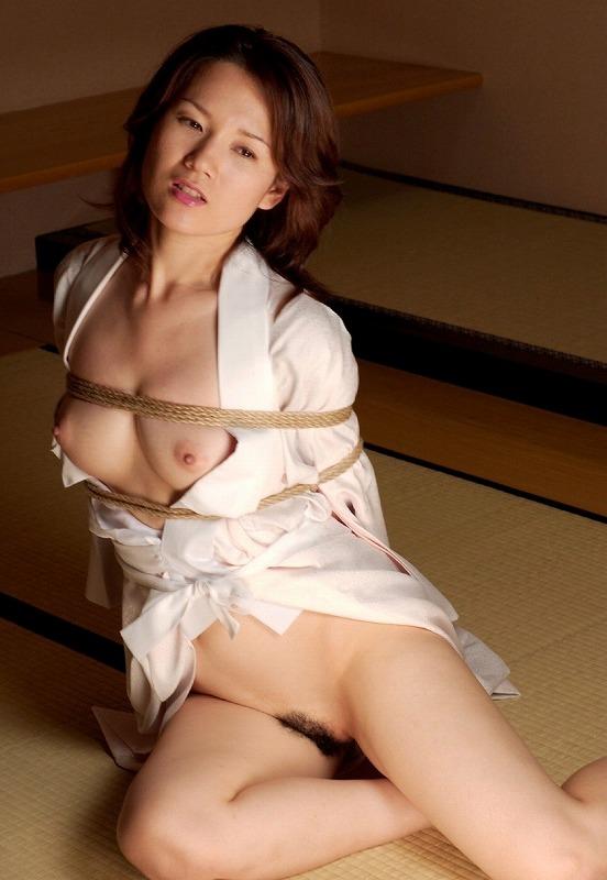 【拘束エロ画像】身動きの取れない半裸の女!これはチャンス!?w 15
