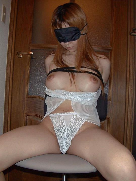 【拘束エロ画像】身動きの取れない半裸の女!これはチャンス!?w 20
