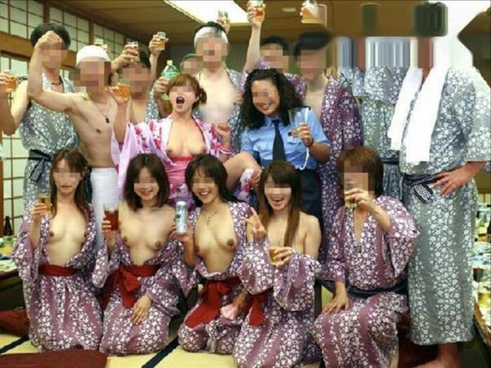 【悪ノリエロ画像】集団になった女子は強いぜ!こんな写真まで撮らせちゃうんだぜ!? 03